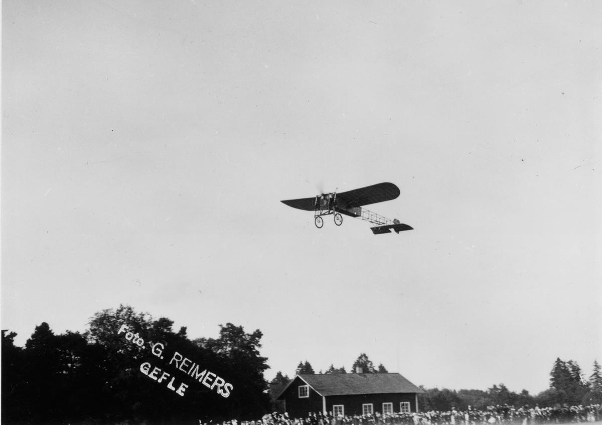 Flyguppvisning vid exersisfältet I 14 Kungsbäck. Flygaren är troligen Carl Cederström och hans flyguppvisning fredagen den 14 och söndagen den 16 juli 1911.