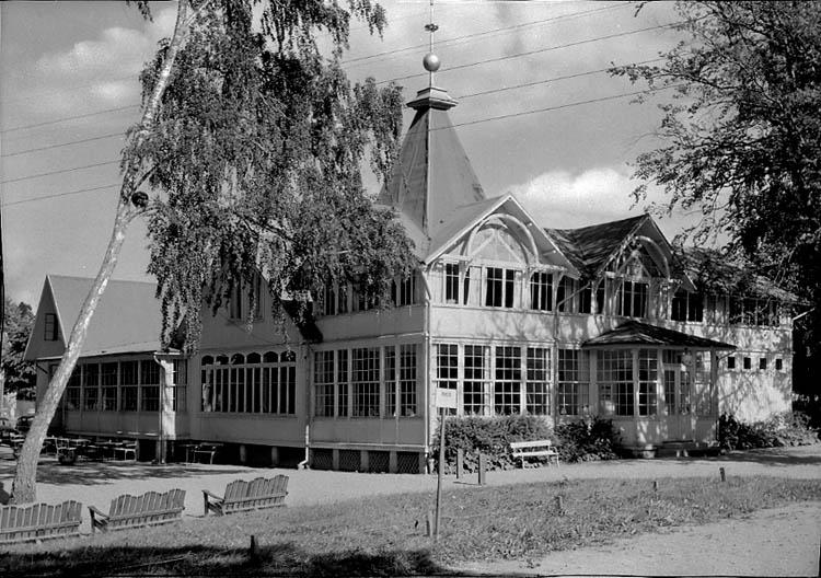 """Enligt Bengt Lundins noteringar: """"Lyckorna. Badrestauranten (med tre soffor). Vykort Li 8617 BL 369""""."""