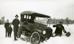 "Bil - havnet i grøfta ved Elverumsveien. Mann står og ""måkka"