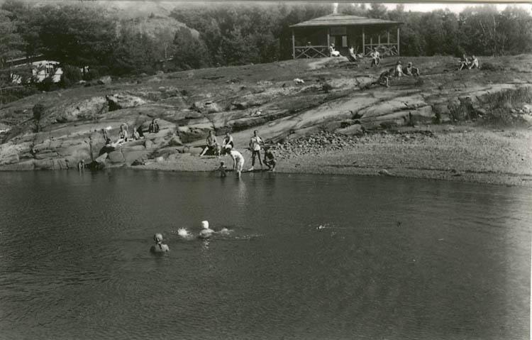 "Enligt Bengt Lundins noteringar: ""Ulvöns badplats med dansbanan""."