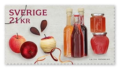 Självhäftande frimärken i häfte med fem frimärken med fem motiv. Motiven är på äpplen i olika format som must, mos och paj. Valör Utrikes 21 kr.