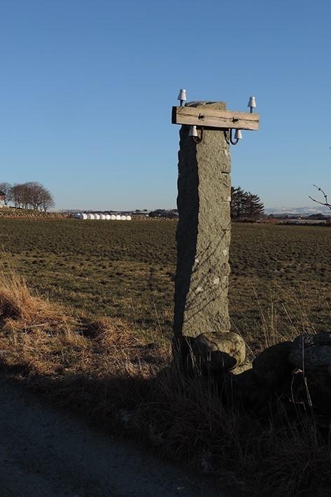Seks steinstolper i Klepp, Rogaland. Steinstolper på Jæren finner vi ofte i steingjerder, noe denne lokale linjekursen i nærheten av Klepp er et godt eksempel på.