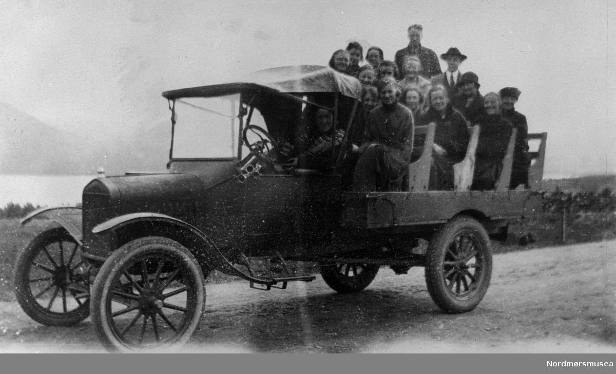 Lastebil som buss. bedehusbenker. overfylt. Nordmørsbygd ca 1920-30. Nordmøre museums fotosamling