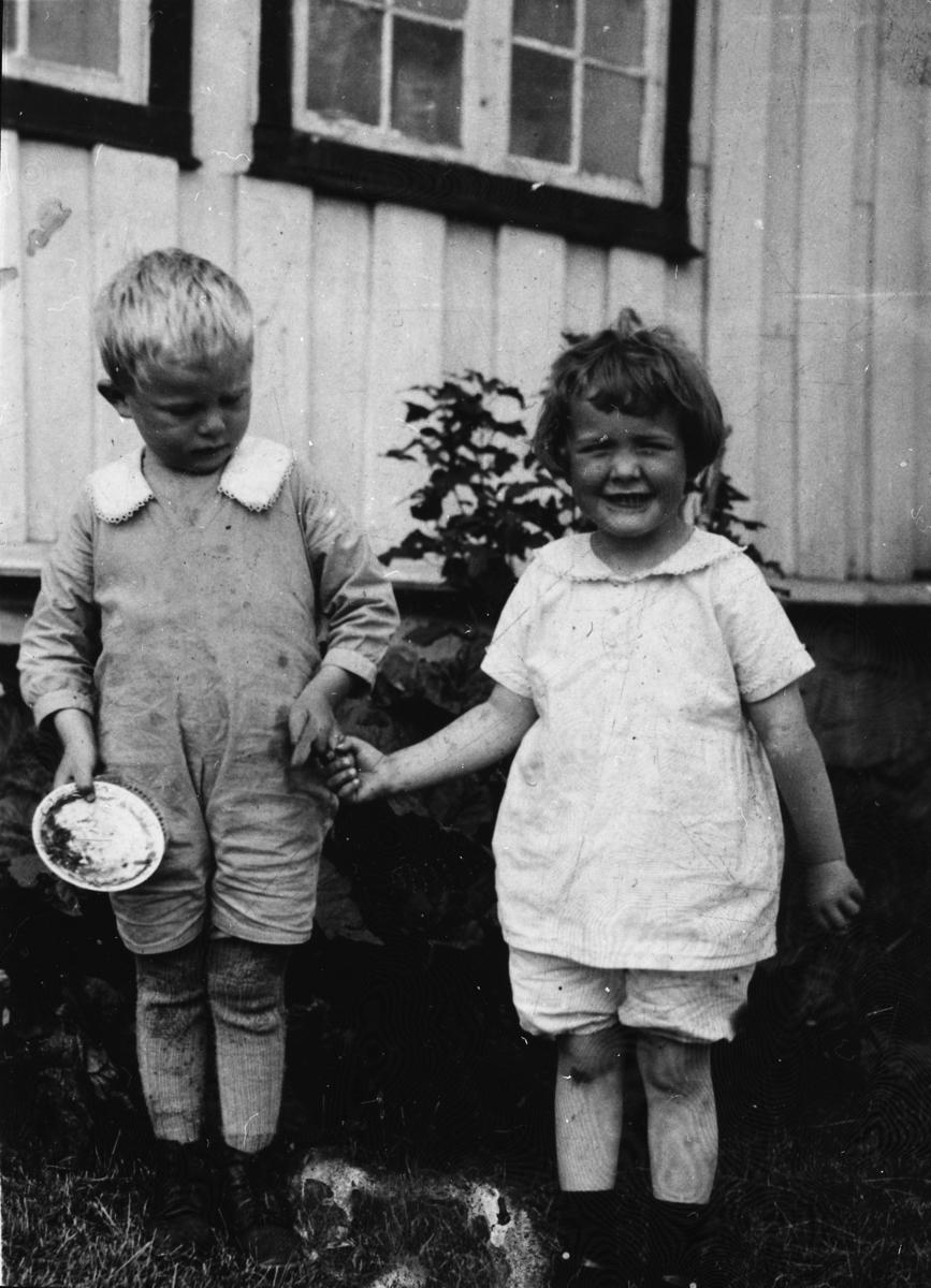 Kristoffer Stangnes f.1928 og Eli Stangnes f.1928 foran gammelstua på Stangnes i Tranøy. Bildet tatt ca.1932.