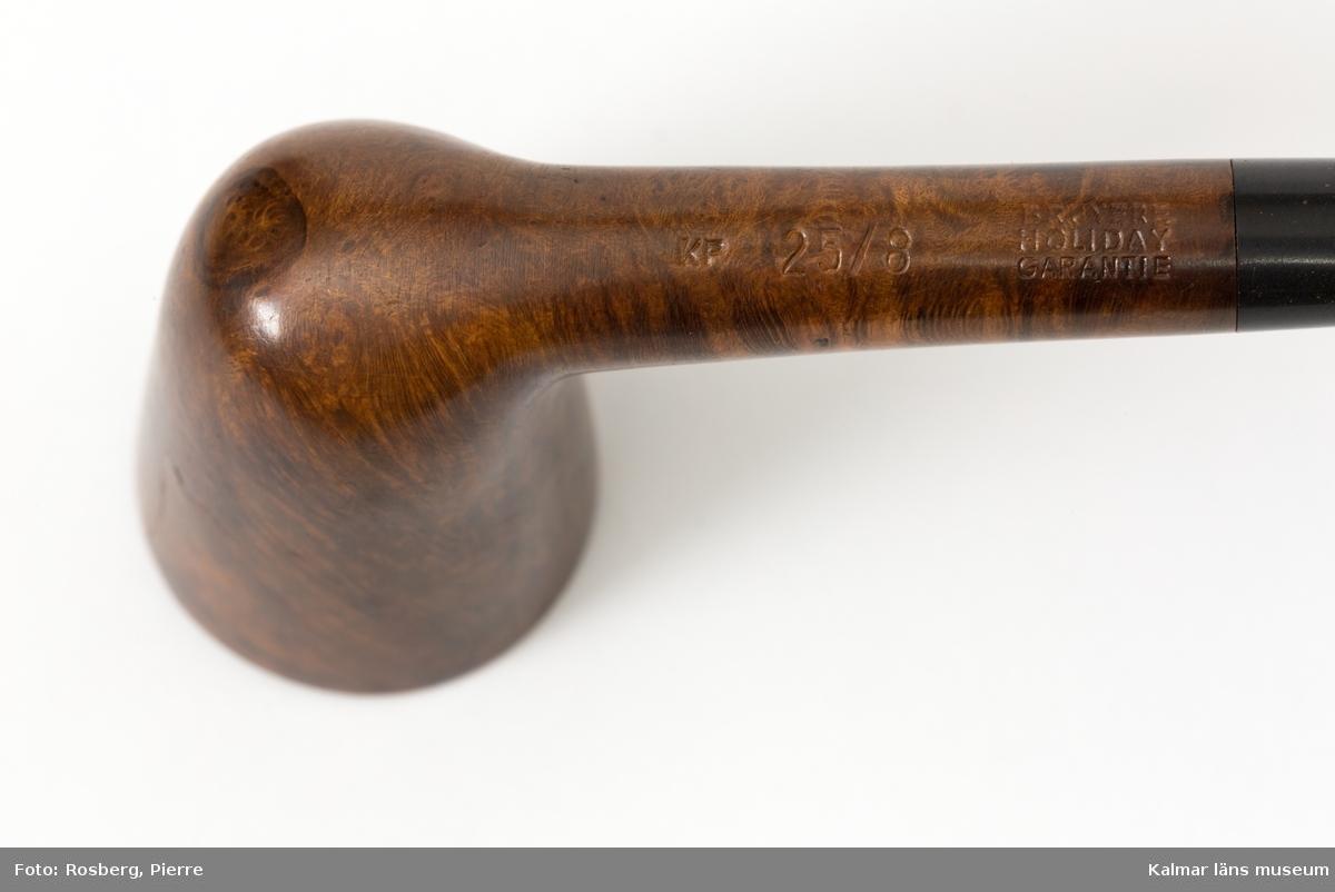 KLM 45058:8:1-3. Pipor, två pipor i etui. Pipor av trädljung/briar, etui av konstläder?. :8:1 Pipa med rakt, svart munstycke av okänt material och brunt, polerat, koniskt piphuvud. :8:2 Pipa med rakt, svart munstycke och koniskt svart piphuvud med ojämn yta. :8:3 Etui, svart, med dragkedja.