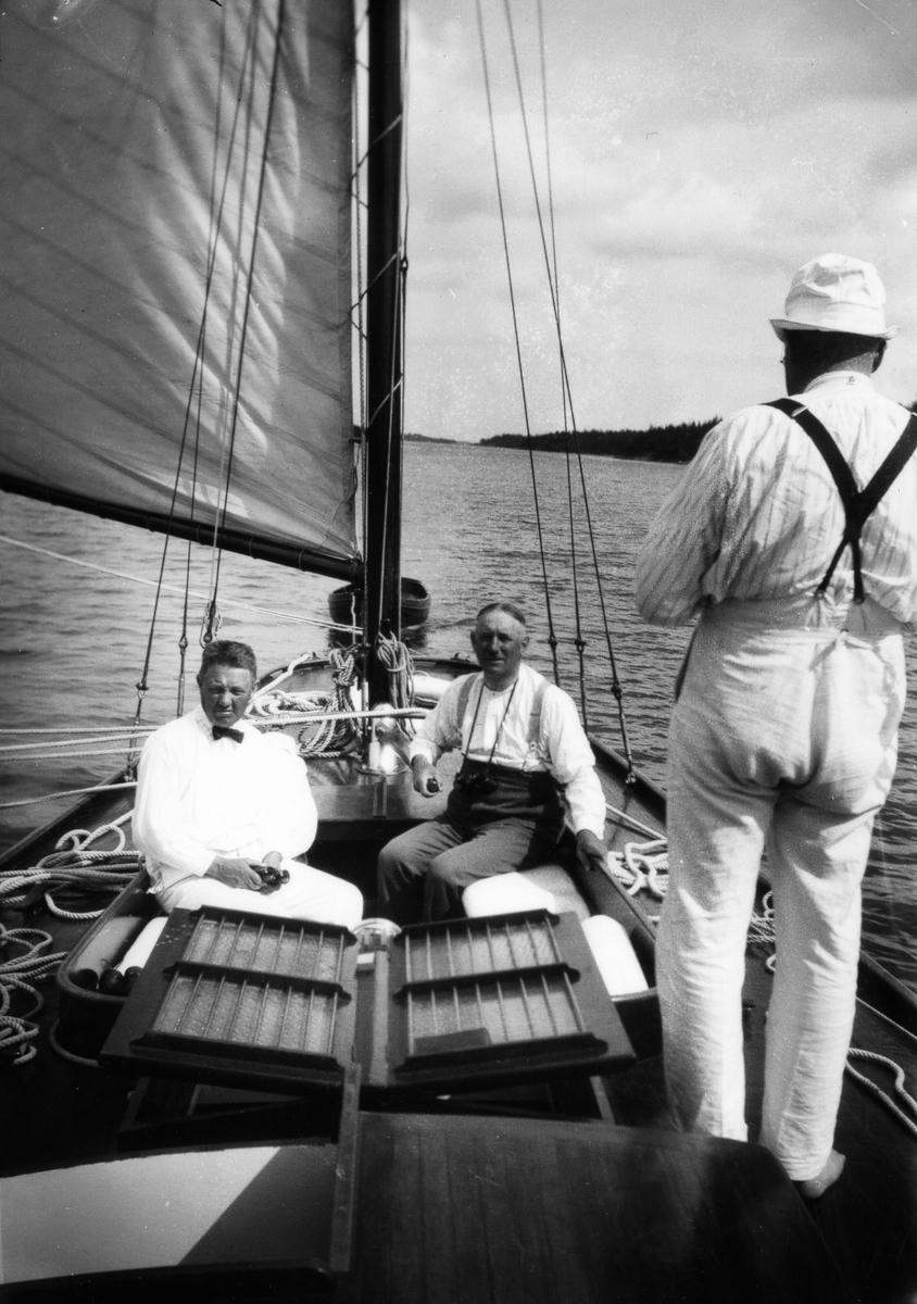 """""""Ingvor"""", Werner Bengtzon, Carl Norenberg (vid rodret)  och Jos. A Johansson (ryggtavlan)."""