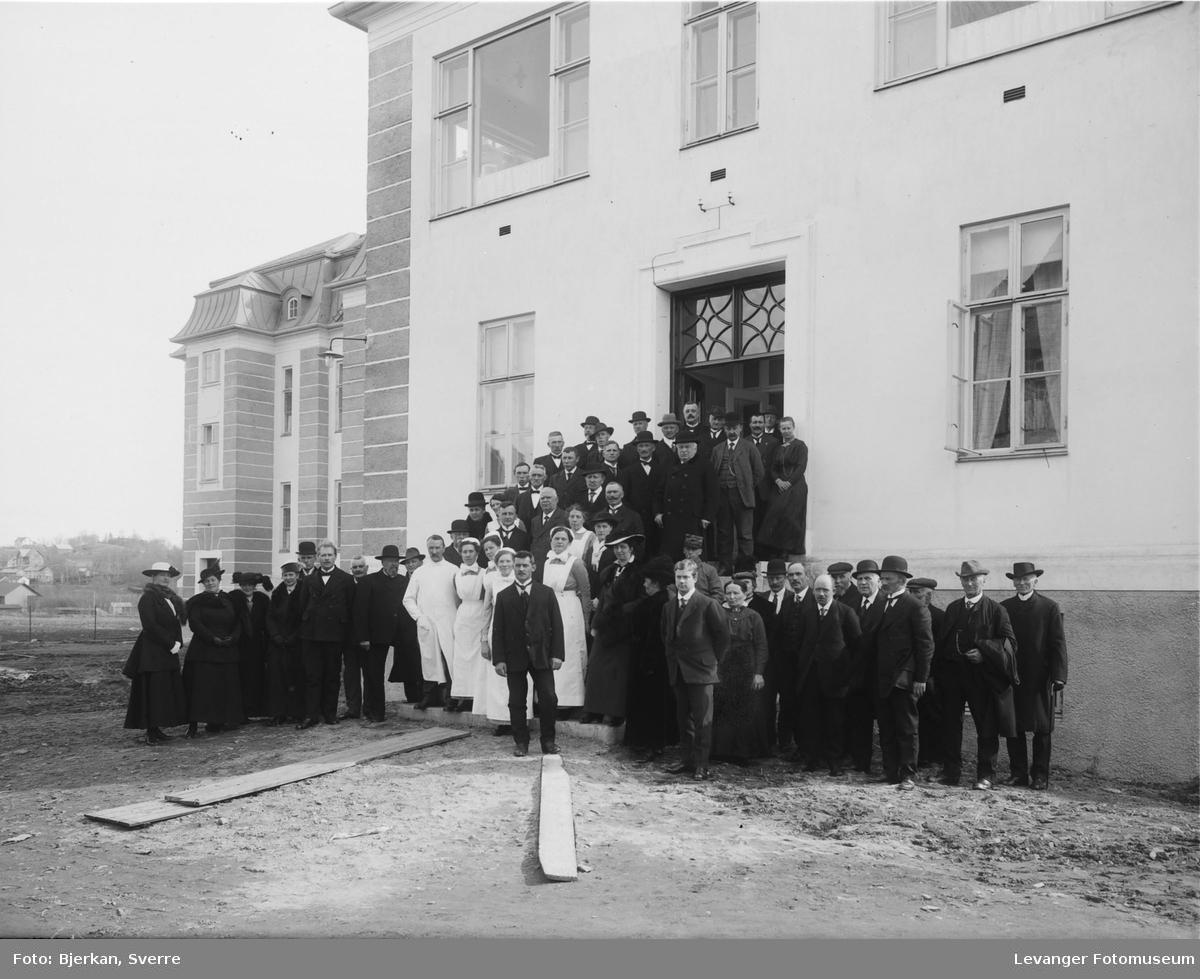 Fra gamle Levanger sykehus, de ansatte leger og sykepleiere på trappa.