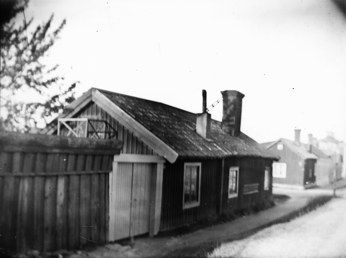 Södra Kopparslagargatan 16 i Gävle. Guldsmeden Erik Johansson med makan Lovisa hyrde detta hus efter den stora branden i Gävle den 10 juli 1869. De bodde här till september 1871. Enligt muntlig uppgift skall huset ha stått på tomt senare bebyggd av Gefle Ångväfveri.