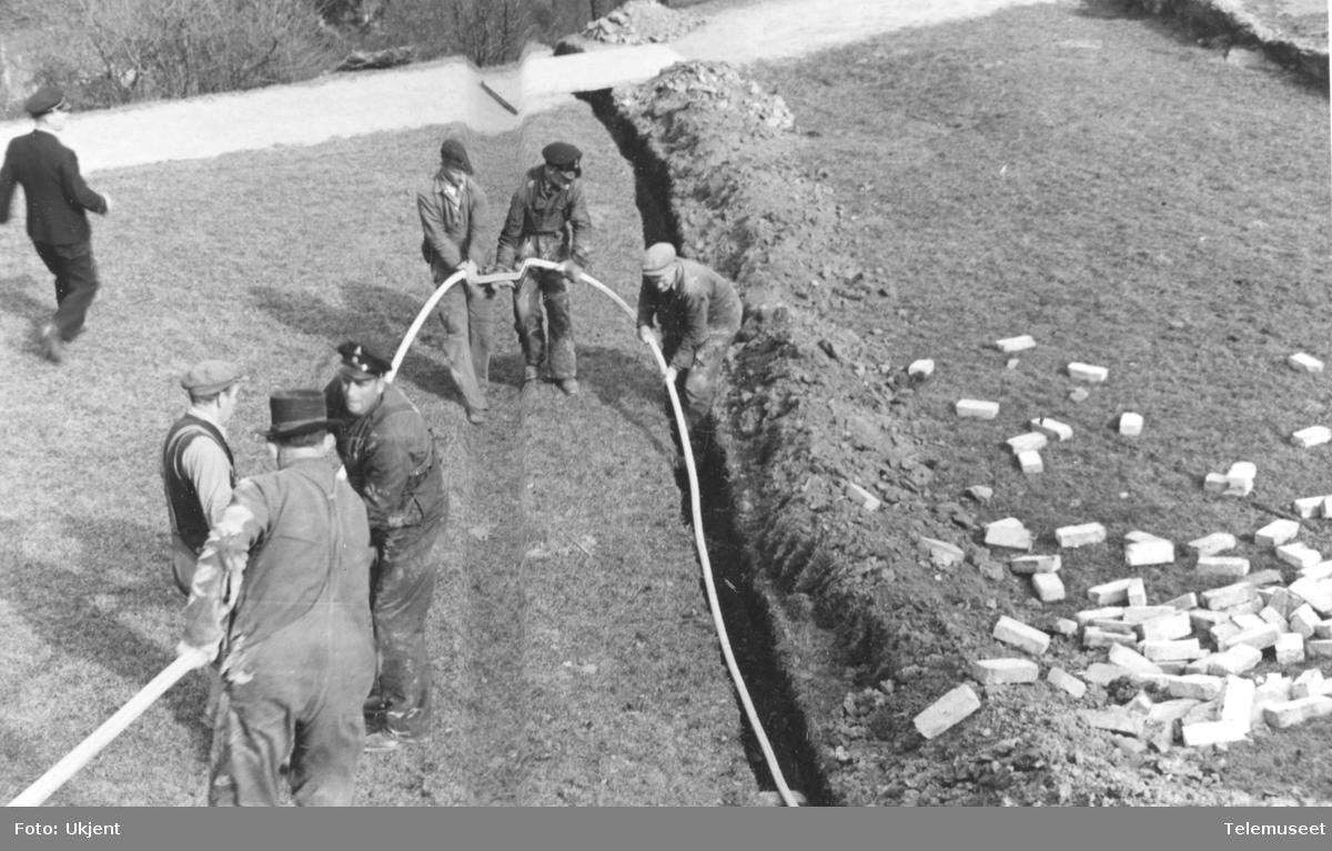 Legging av 100 pars 0,8 kabel for tyskerne fra Ljabruveien ved nr 92 opp fjellet til Sjømannsskolen.