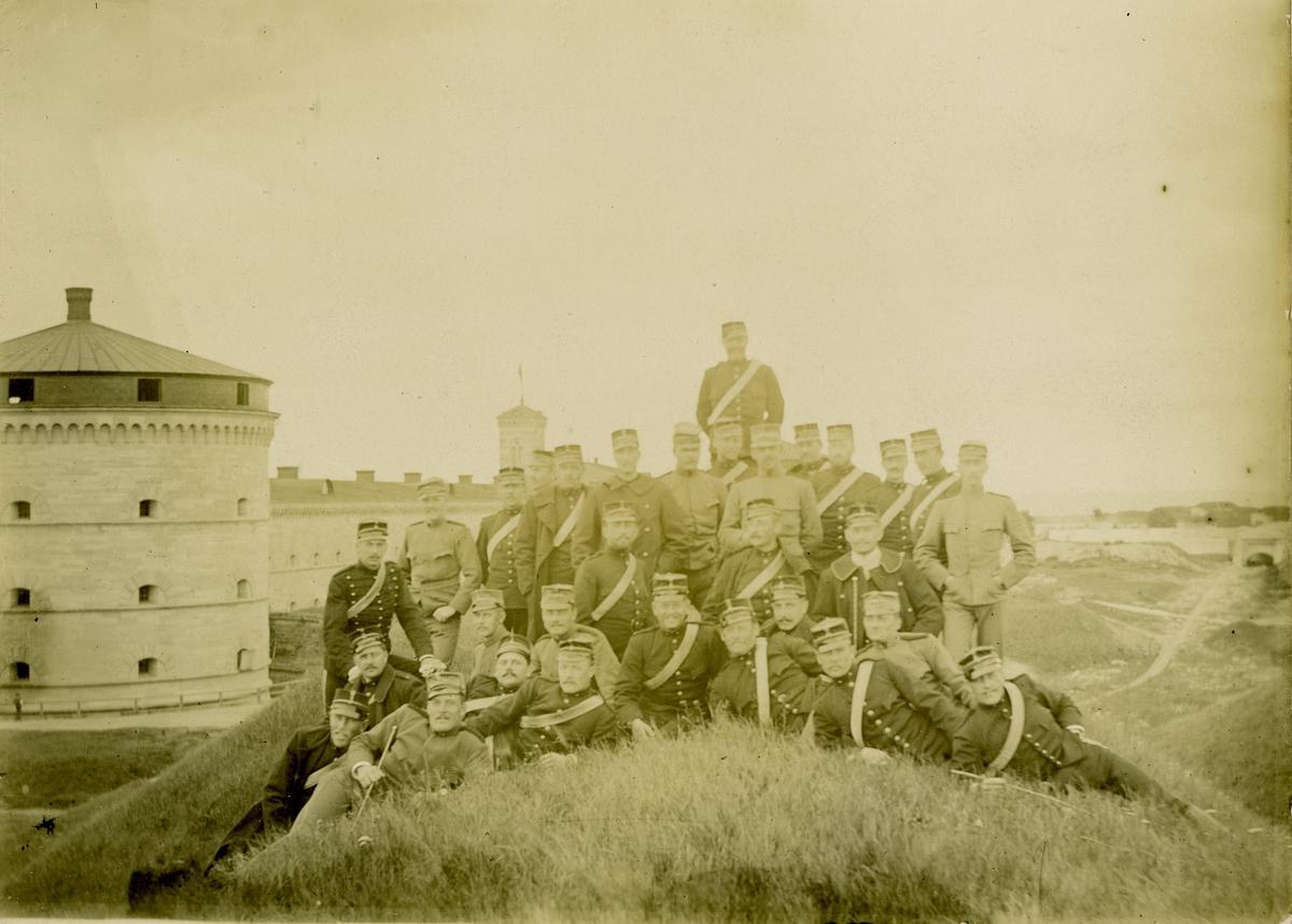 Grupporträtt av soldater och officerare vid Karlborg.