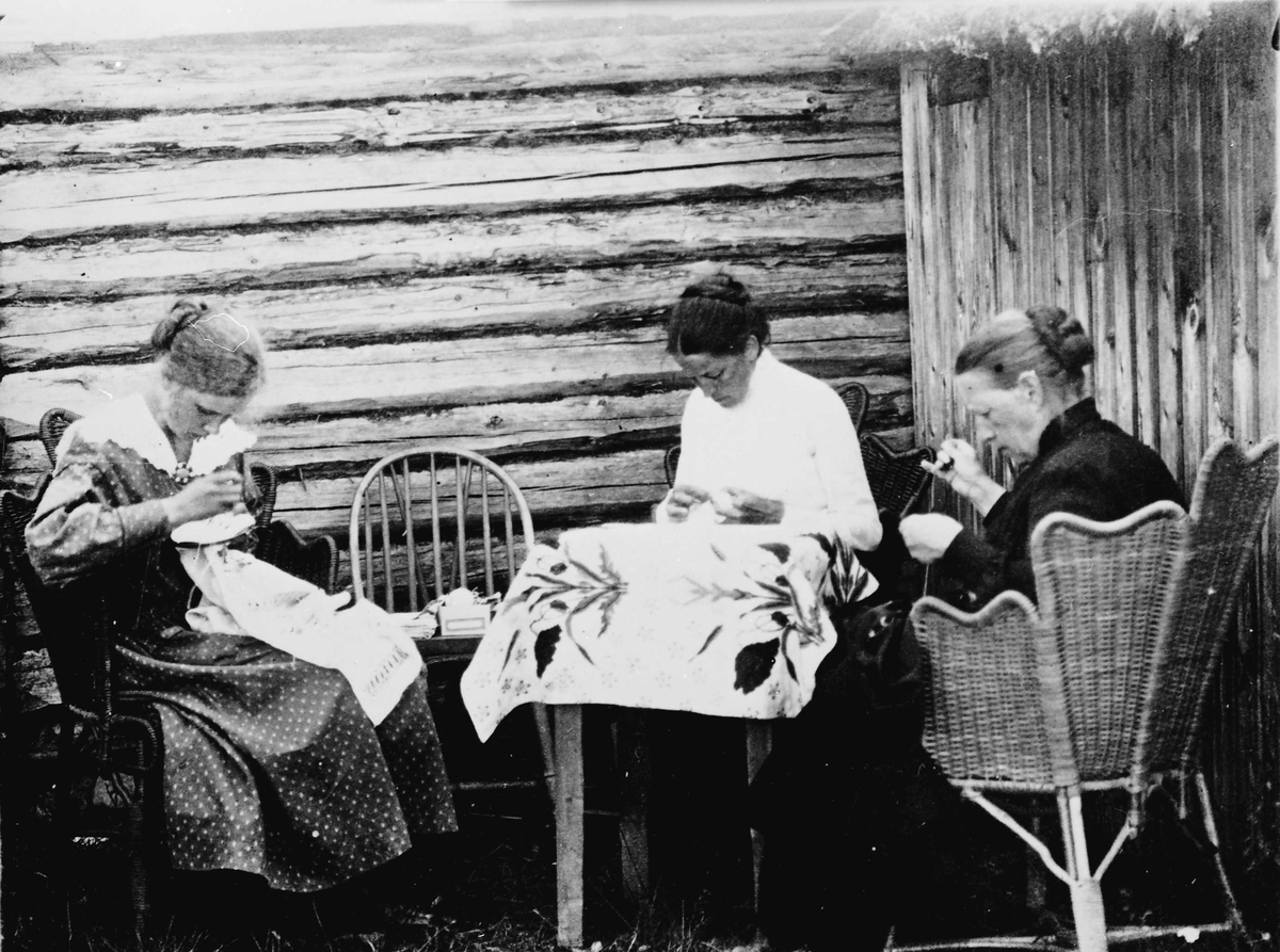 Luftkastellet, Margrethe, Ninna og mor broderer.