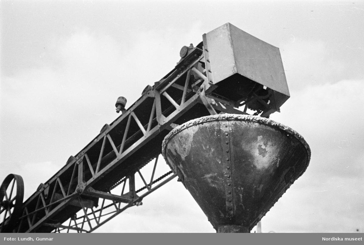 Stockholm, Slussen under byggnad. Kran/materialtransportör för cement, tratt