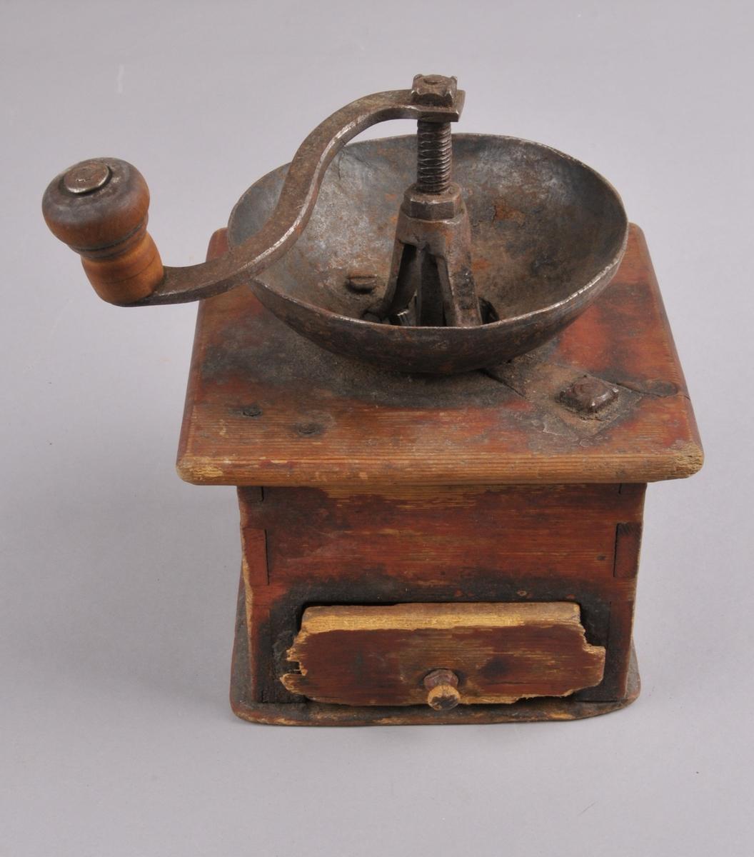Kaffekvern i raudmåla tre, med metallskål og sveiv på toppen med treknott. Sjølve kvenna er av jern. Liten skuff framme for den ferdigmalte kaffien. Sinka og sett saman med metallspiker og metallskrue på topp og botn.