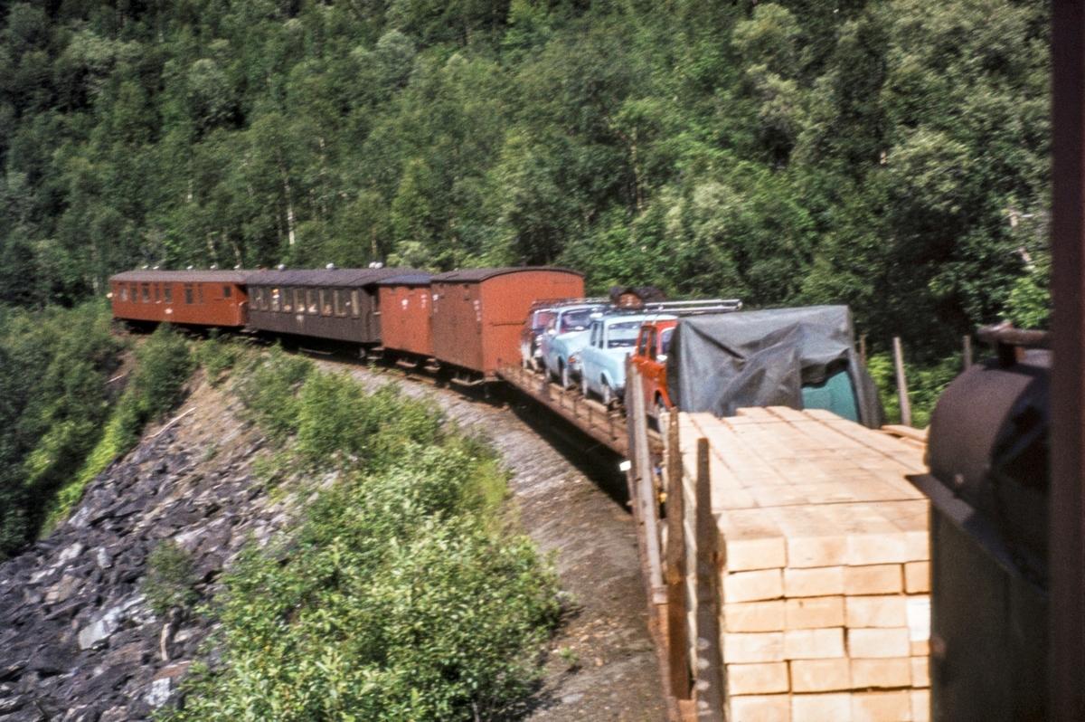 Blandet tog på Sulitjelmabanen. Bilene måtte fraktes til og fra Sulitjelma med tog, da det ikke var vei på strekningen.