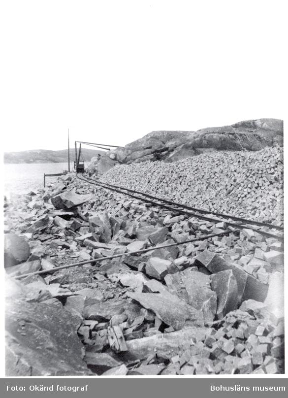 Räls förbi upplaget av gatsten i stenbrottet i Ramsvik