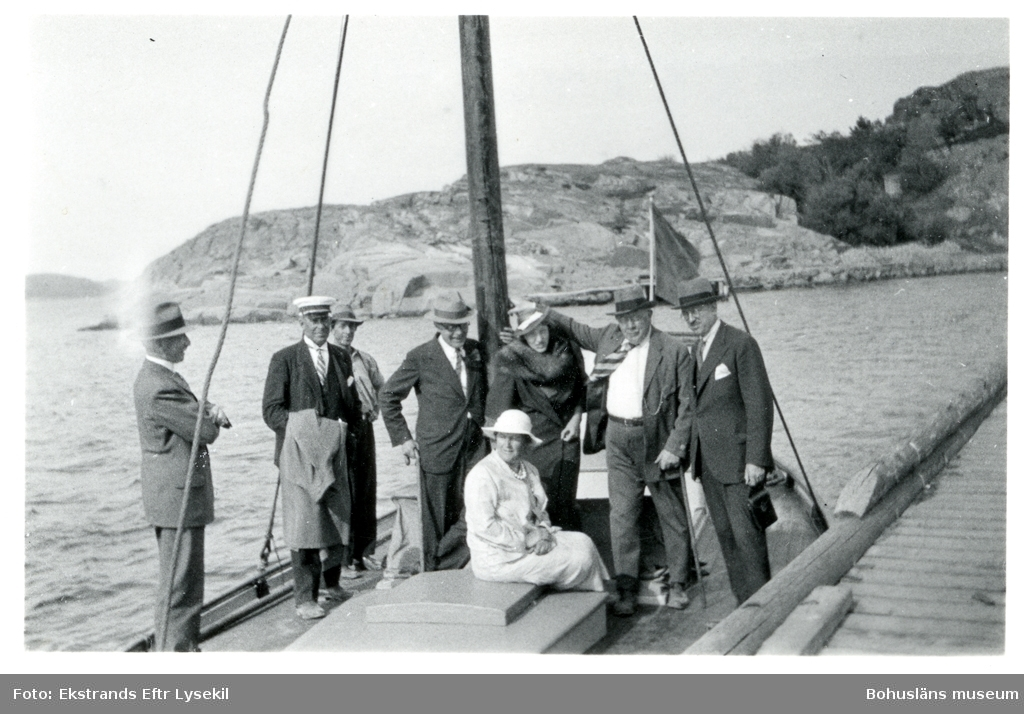 Sällskap på segelbåt som ligger förtöjd vid brygga