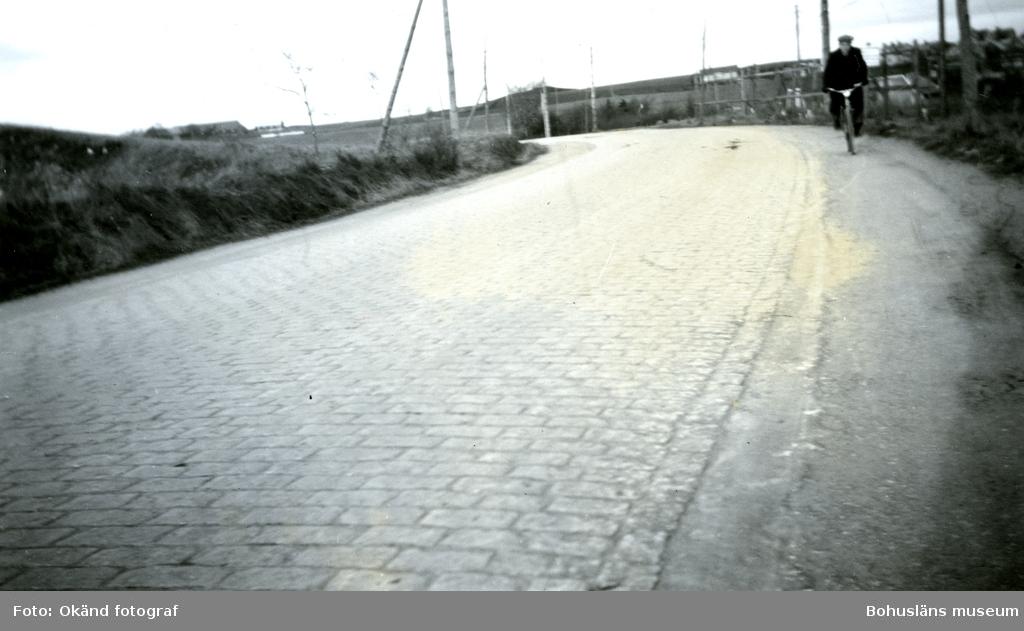 Cyklist på stenlagd gata i Halmstad