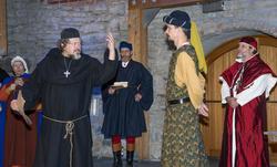 Biskop Mogens hytter med neven mot en adelsmann mens kardinalen og andre middelalderborgere står og ser på. (Foto/Photo)