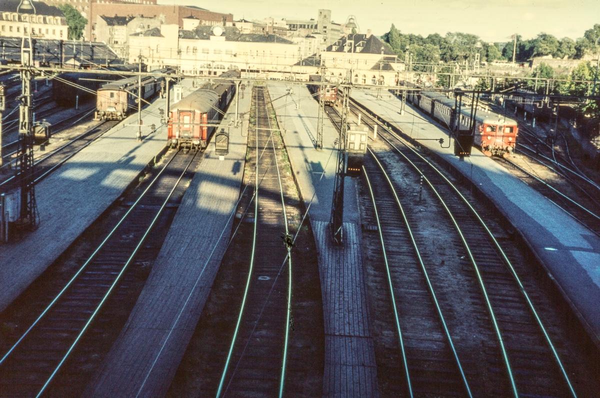 Fra Oslo Vestbanestasjon. Ankommet tog fra Vestfoldbanen i spor 1 (til høyre), lokaltog til Drammenbanen i spor 3, avgående tog, foreløig uten lokomotiv, i spor 5 og 6.