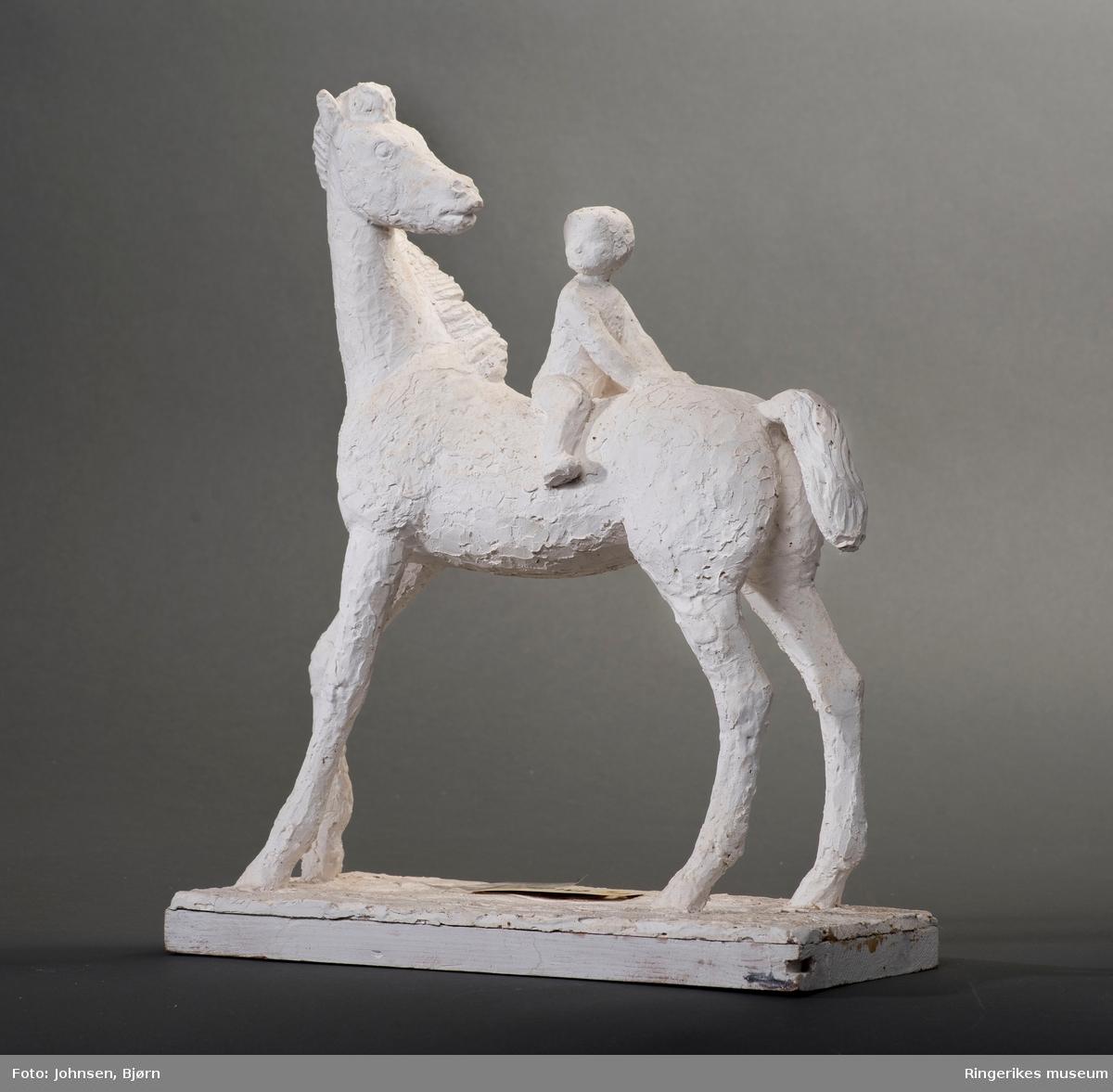 Gipsmodel.  Hest med et lite barn sittende på ryggen