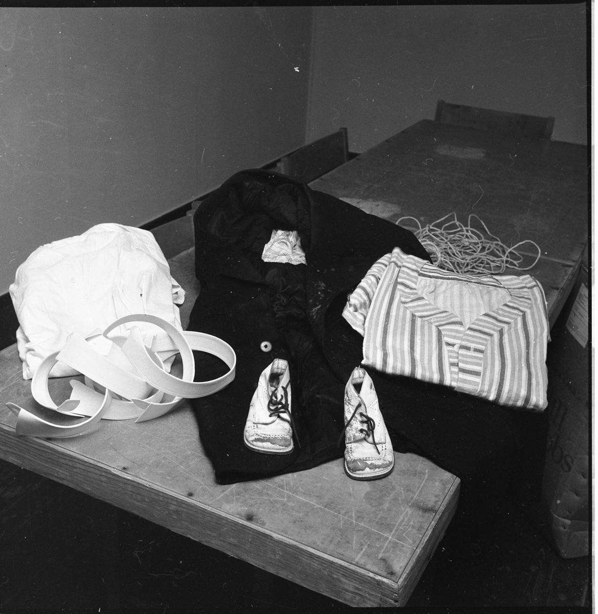 Barnskor, stärkkragar och diverse kläder på ett bord. Det är Lions damklubb i Gränna som packar iordning julklappar.