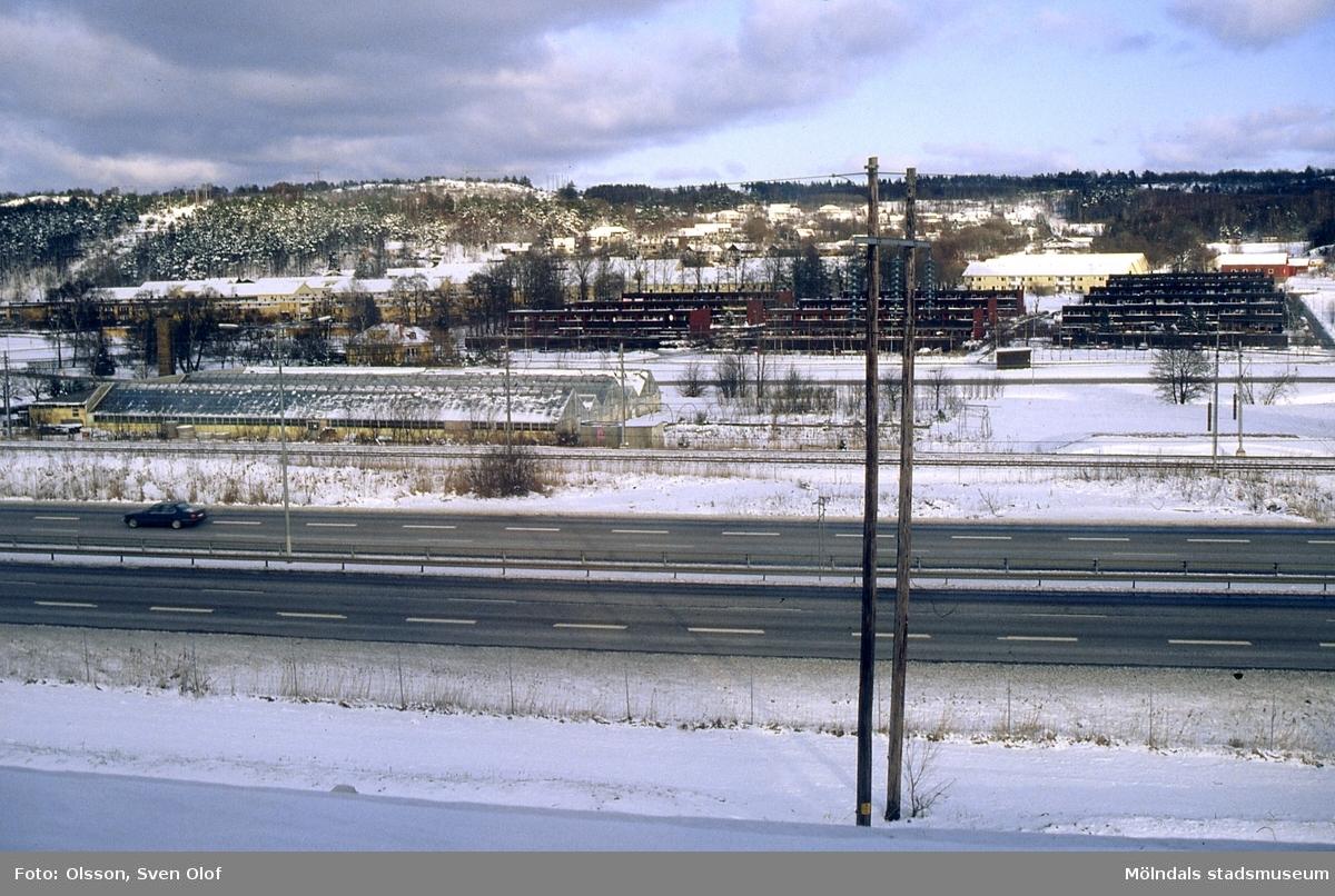 Rävekärr, Mölndal, i vinterskrud, februari 1992. Längst upp till höger ses gården Sandbäck 1. R 3:16.