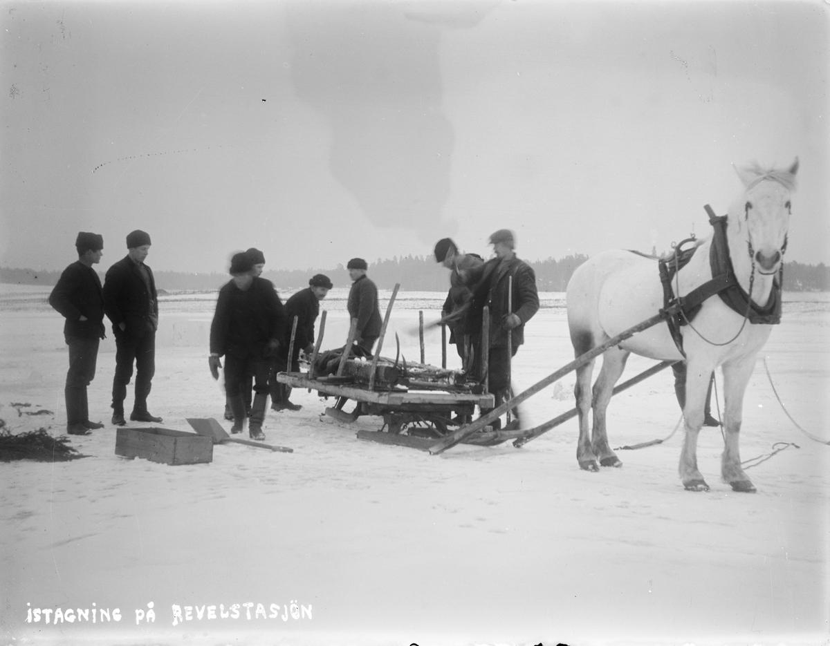 Isupptagning på Revelstasjön, Altuna socken, Uppland