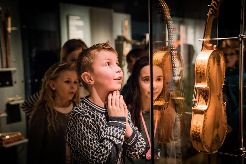 Glad gutt ser på hardingfele Foto: Kristian Wanvik Kulturskolen