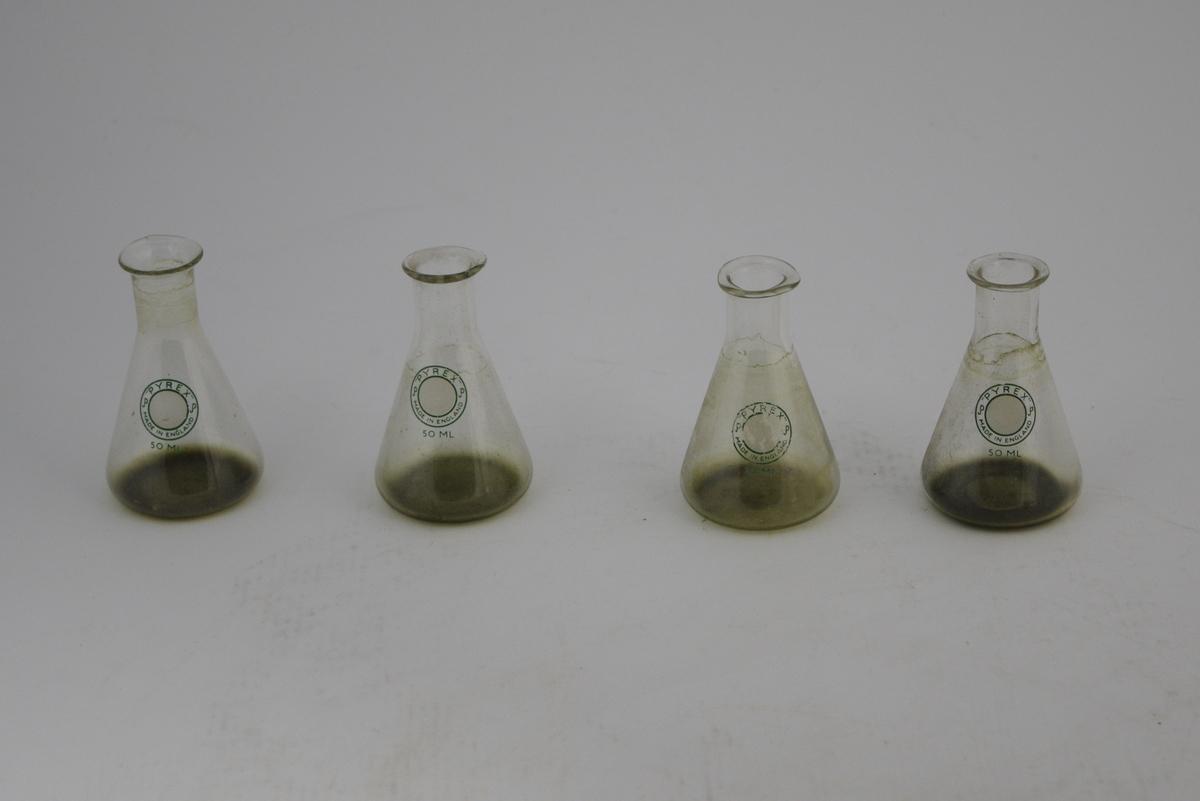 Glasskolber, 50 ml. På stemplet rundt metallmerke. Hvit sirkel.