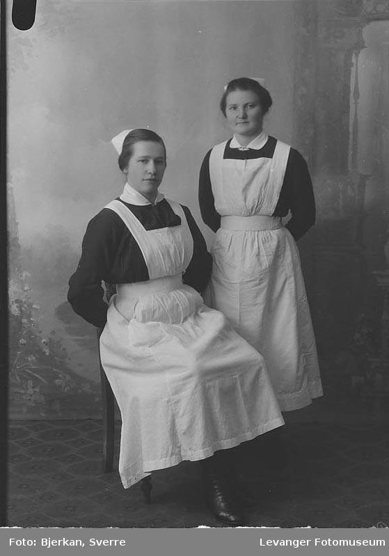 Portrett av to kvinner i sykepleieruniform.
