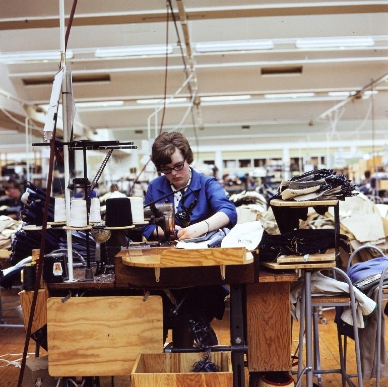 En syerske syer bukser med symaskin i konfeksjonsfabrikken til Jonas Øglænd AS på Sandnes.