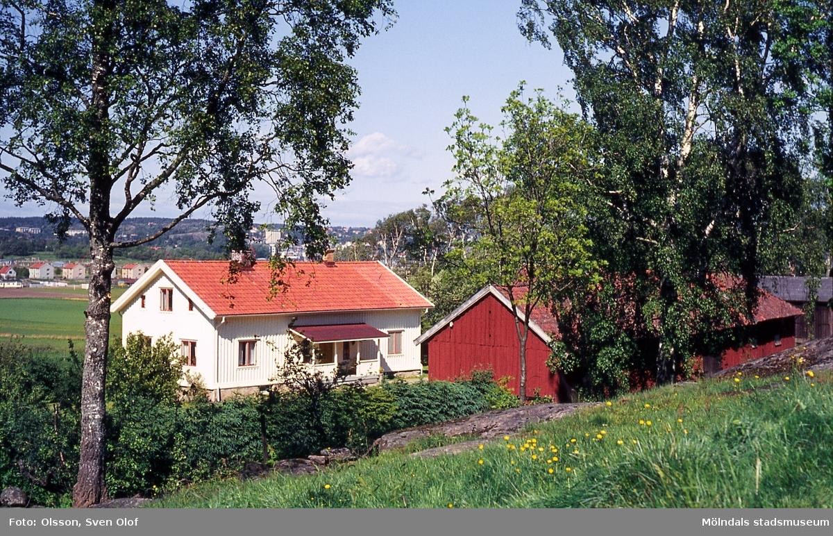 Bebyggelse på gården Kärra Per Eriksgård 1 i Mölndal, år 1964.