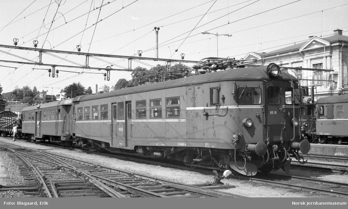 Elektrisk motorvogn BM 65 19 på Larvik stasjon