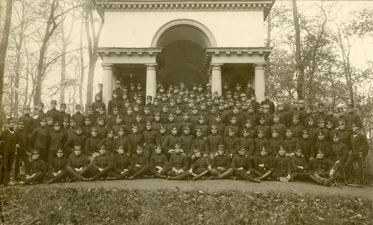 Grupporträtt av utexaminerade kadetter från krigsskolan 1906.