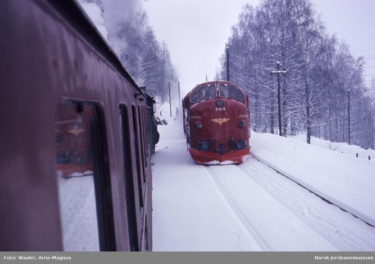Fra tog 308 Lillehammer-Oslo, foto forover med damplokomotivet og møtende tog 401 med diesellokomotiv
