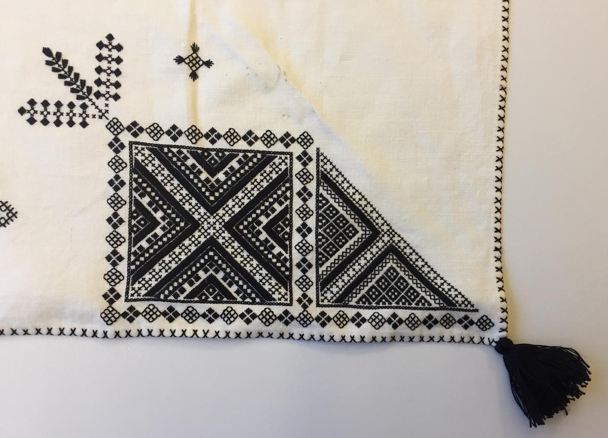 Geometriskt mönster i kvadrater i hörnen, två bårder mellan kvadraterna på ryggsnibb och framsnibbar. På ryggsnibben tre kvadrater och en majstångsspira samt märkning med årtal och initialer. På varje framsnibb en kvadrat och en trekant. Fem ornament.