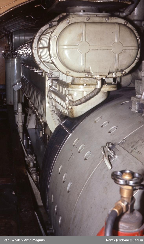 Maskinrommet med hovedgenerator og togvarmeaggregat i diesellokomotiv Di 3 623