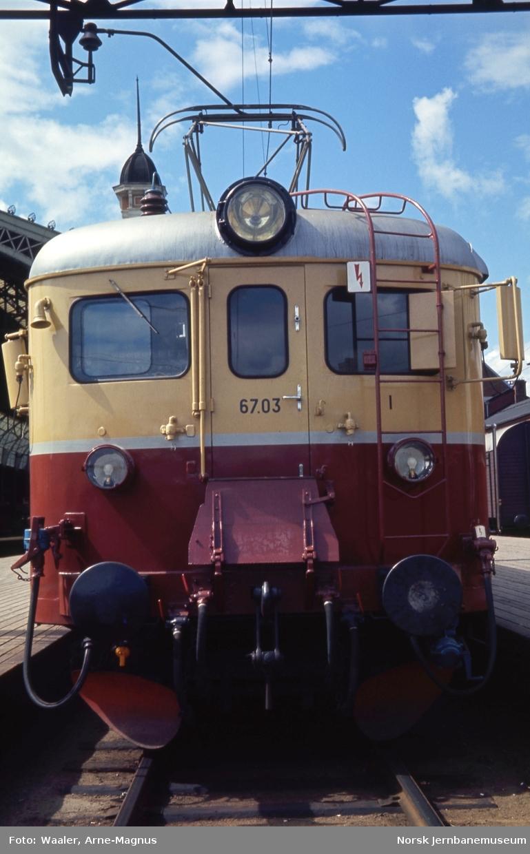 Motorvogn Bmeo 67 03 oppmalt i nye farger, som ikke ble tatt i videre bruk
