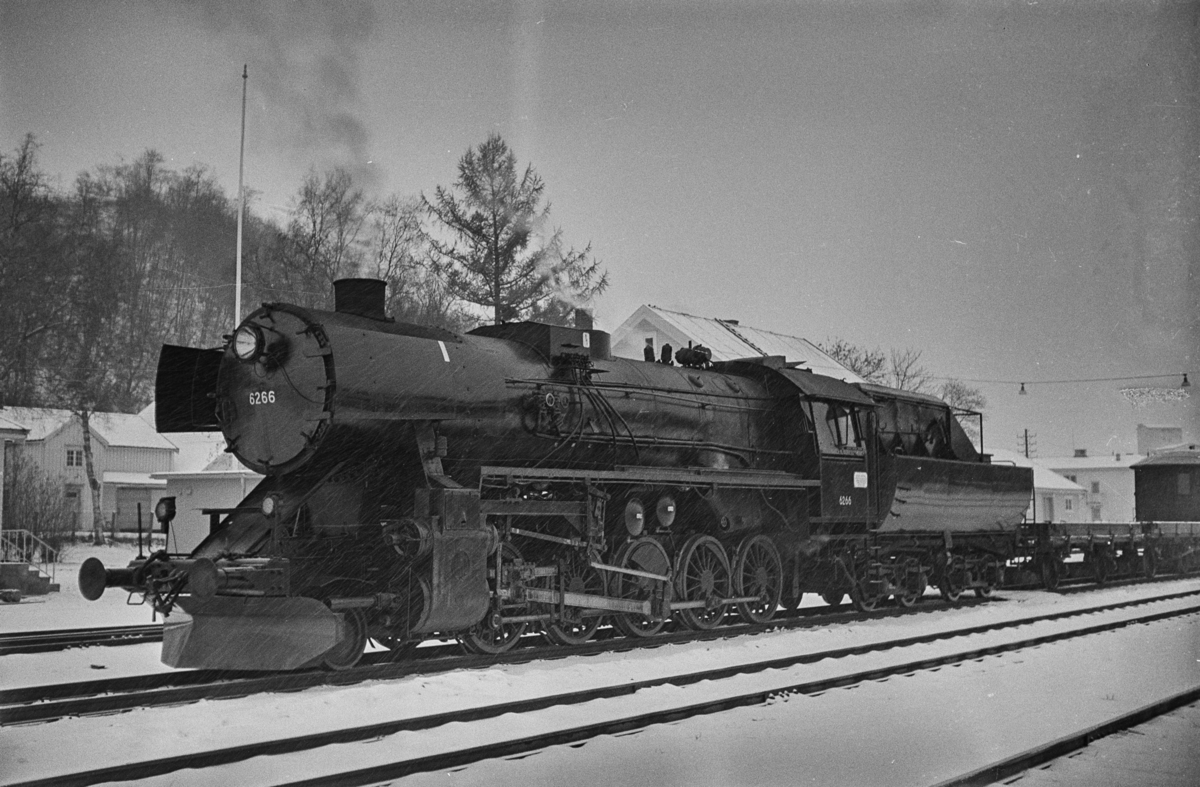 Godstog trukket av damplokomotiv type 63a nr. 6266 på Melhus stasjon.