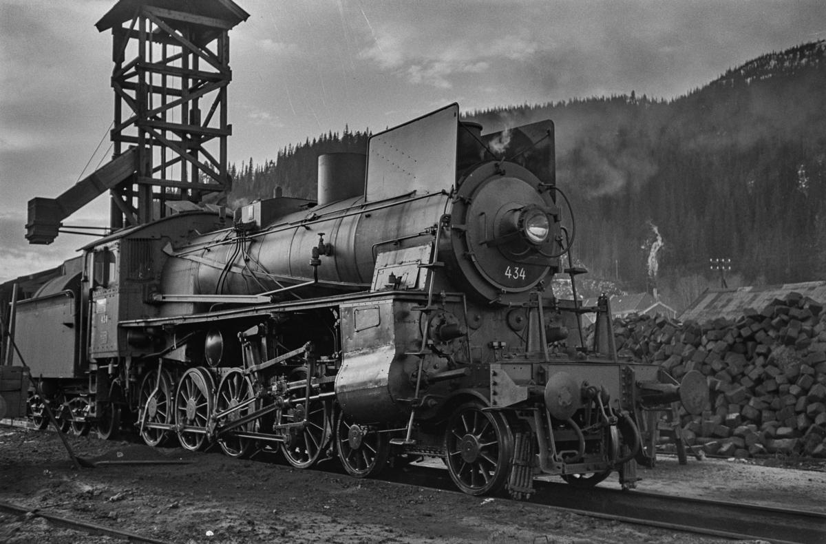 Damplokomotiv type 26c nr. 434 ved kullingsanlegget på Støren stasjon.