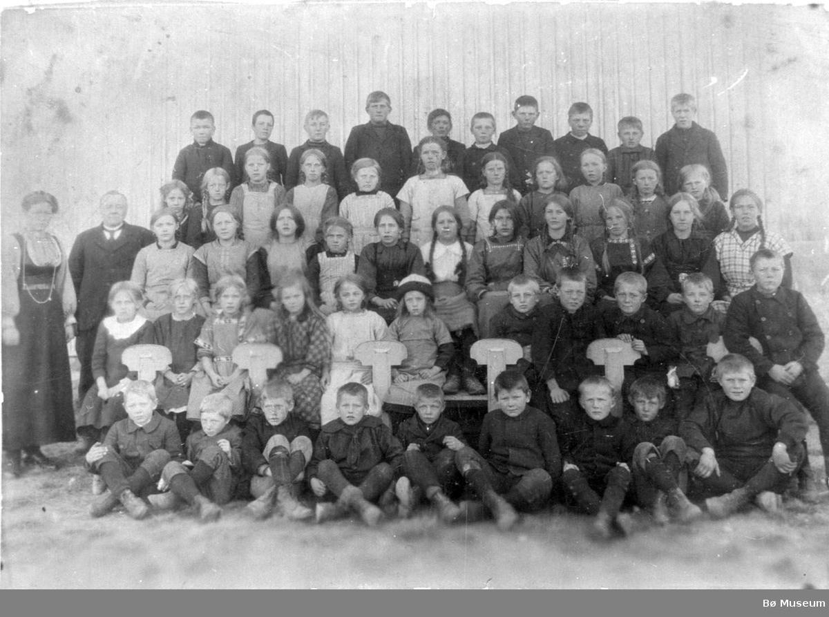 Bø skule 1916-17 med lærarane Olav Stadskleiv og Gunhild Otterholt. Namna på elvane er ført under Opplysningar.