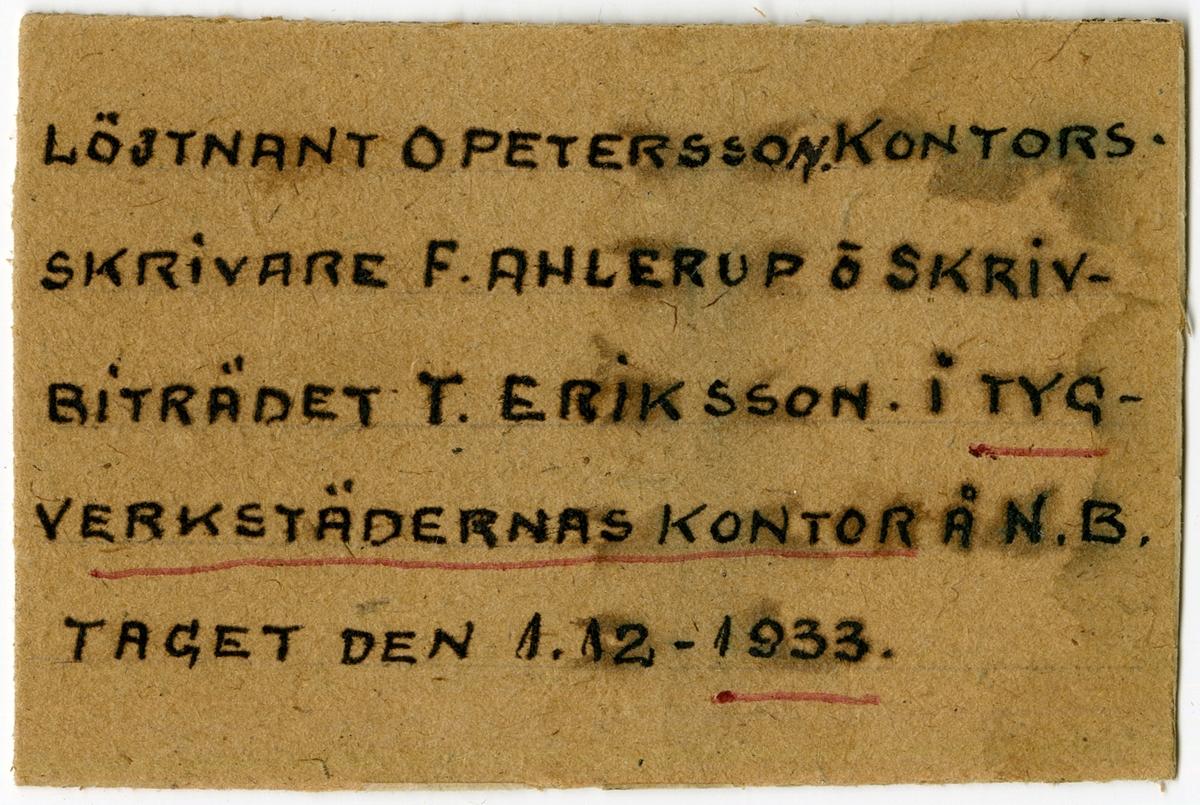 Löjtnant O. Petersson, kontorsskrivare F. Ahlerup och skrivbiträdet T. Eriksson på Tygverkstädernas kontor den 1 december 1933.