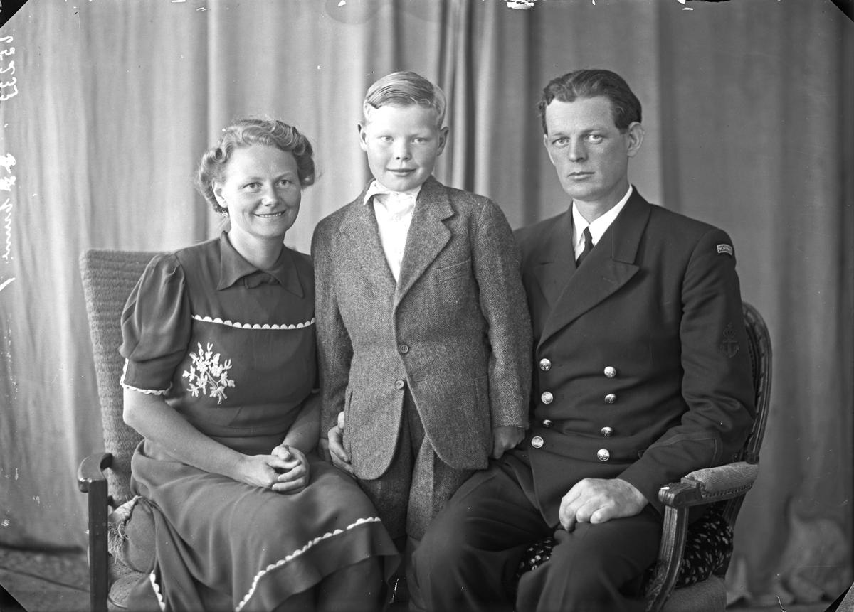 Portrett. Familegruppe på tre. Far, mor og ung gutt. Bestilt av S. Pedersen. Skåregt. 169.