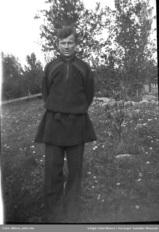 En ung John Ole Nilsen kledd i kofte. Han står utendørs sannsynligvis i Fuoitnjárga / Bunes rundt 1940 eller slutten av 1930-tallet.