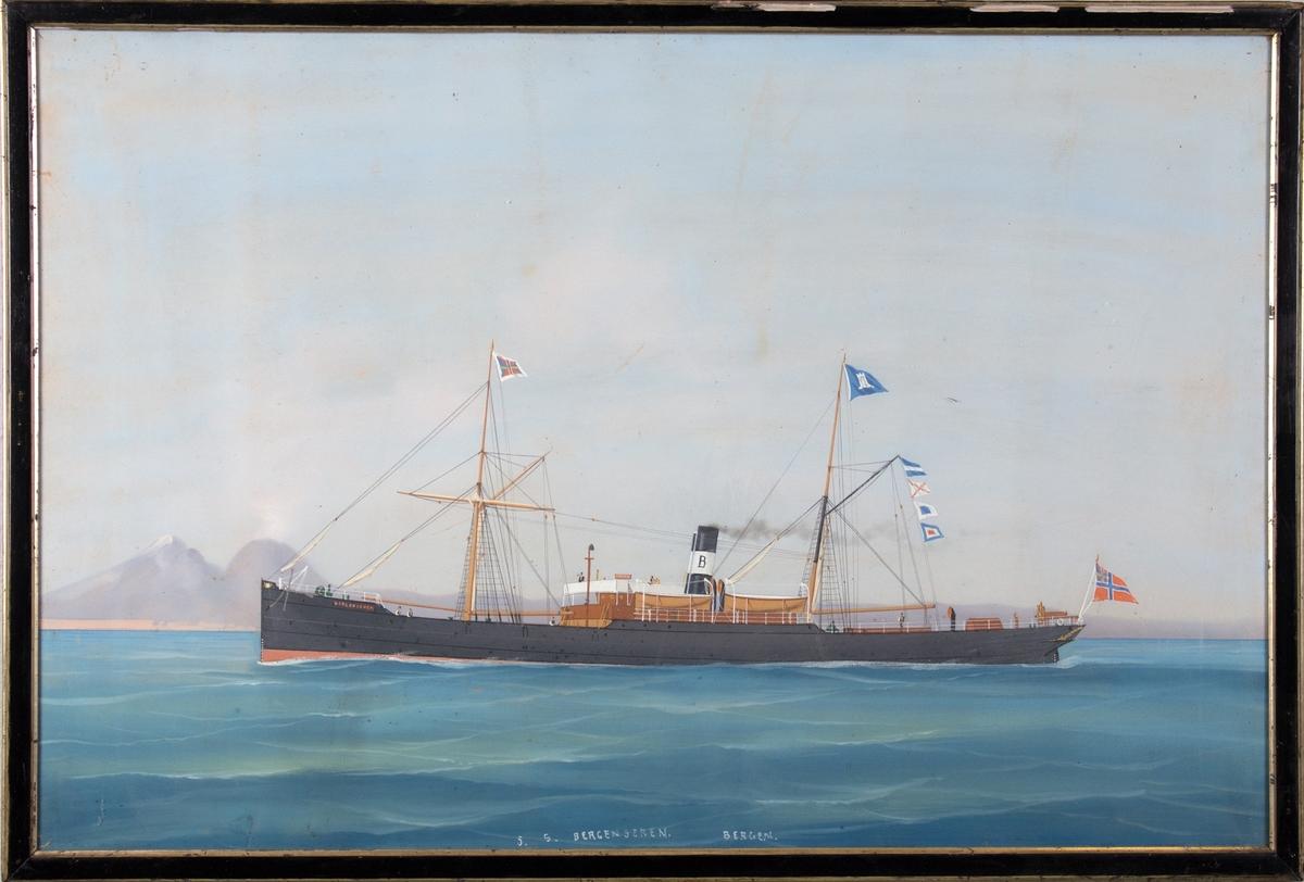 Skipsportrett av DS BERGENSEREN ved innseilingen til Napoli. Vesuv sees til venstre i motivet. 6 mann på dekk. Skipet fører rederiflagg og signalflagg i mastene.