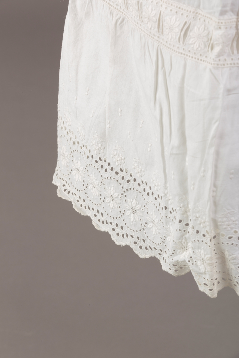 Form: Sydd sammen av seks høyder av ulik bredde og skjæring, blondekant, hullsøm, strikk i livet,