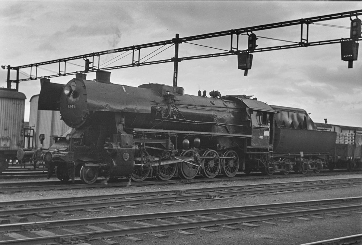 Godstog på Trondheim stasjon. Toget trekkes av damplokomotiv type 63a nr. 5845.