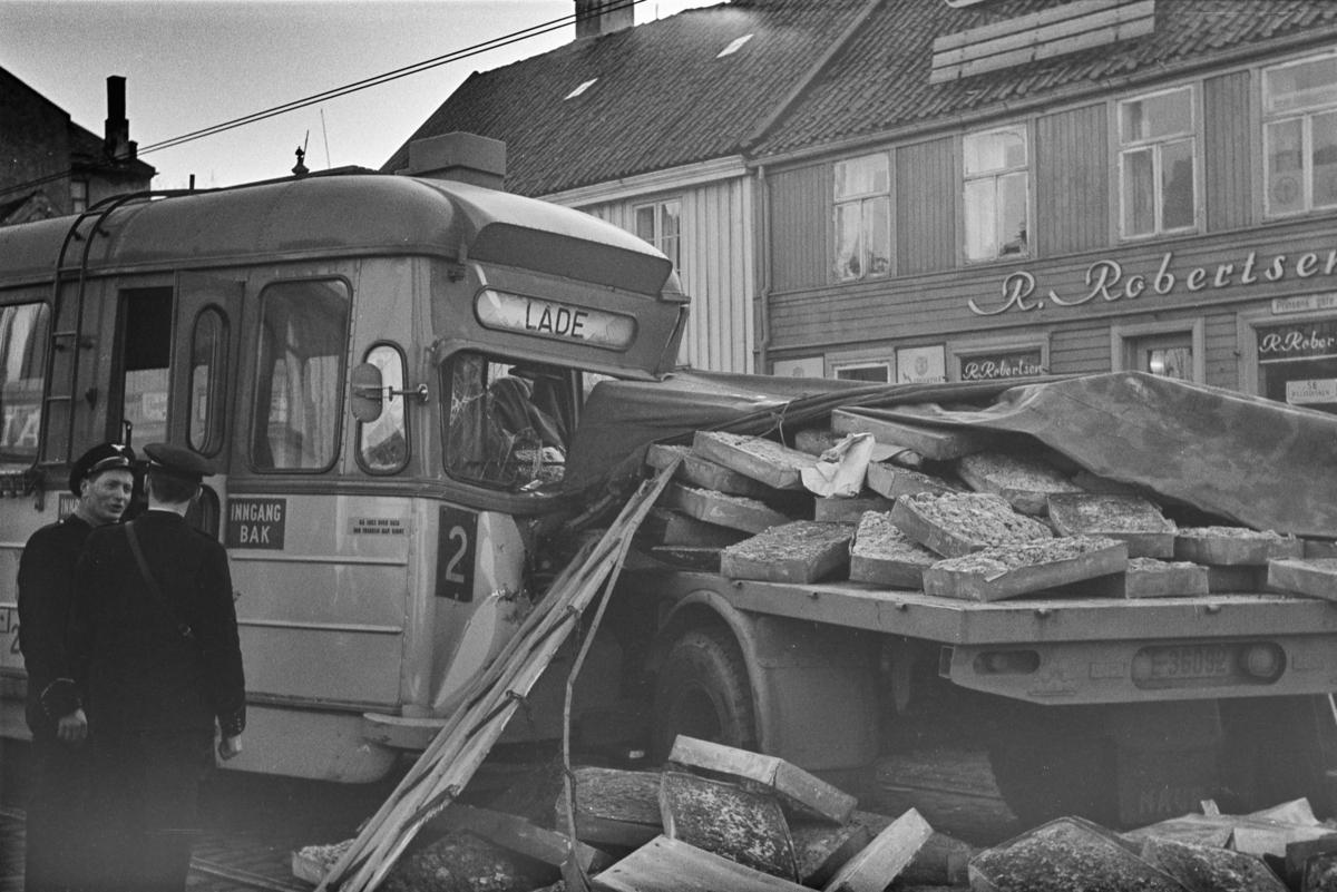 Sammenstøt mellom sporvogn og lastebil i Erling Skakkesgate i Trondheim.