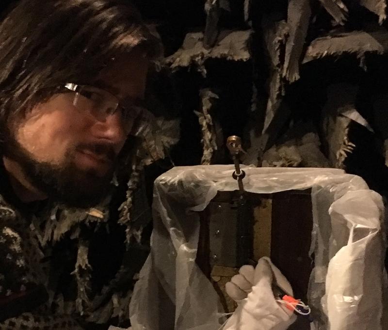 3.Frode van der Meeren foran Polyphon modell 46 «Gordon». Spilledåsen er plastet inn for å beskyttes mot støv i det ekkofrie rommet. (Foto/Photo)