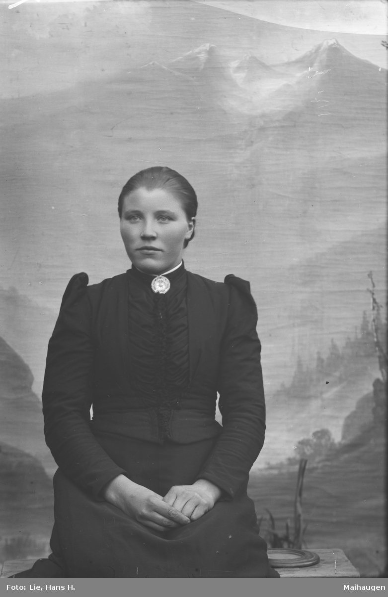 Portrett, brystbilde, Anna O. Røssum